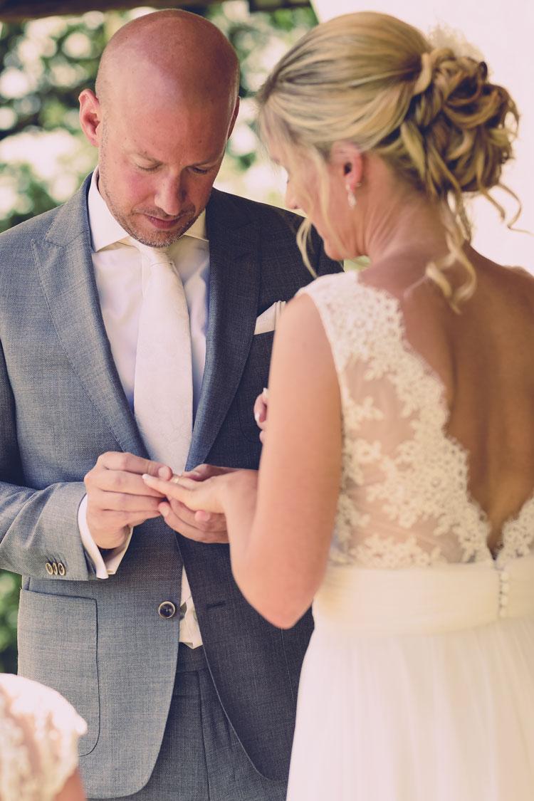 Een wedding vow renewal is traditioneel zonder ringen maar blijft een persoonlijke keuze