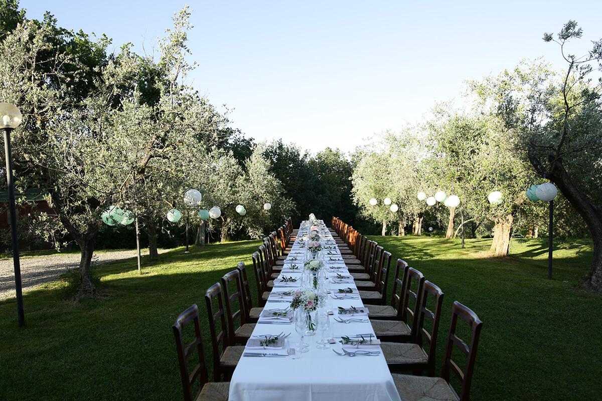 Lange Italiaanse bruilofttafel in de olijfgaard